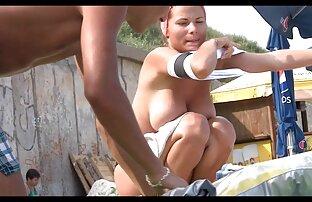 समुद्री तटमा राम्रो फ्रेन्च महिला